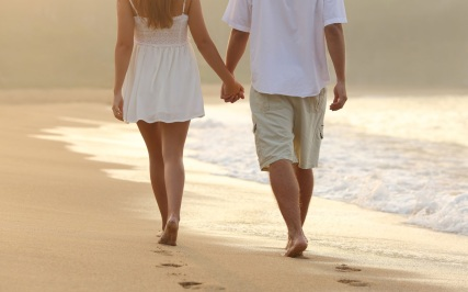 cute-couple-holding-hand-walking-in-seashore
